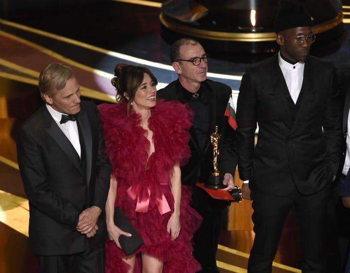 "Viggo Mortensen, Linda Cardellini, Dimiter Marinov and Mahershala Ali accept the award for best picture for ""Green Book."""