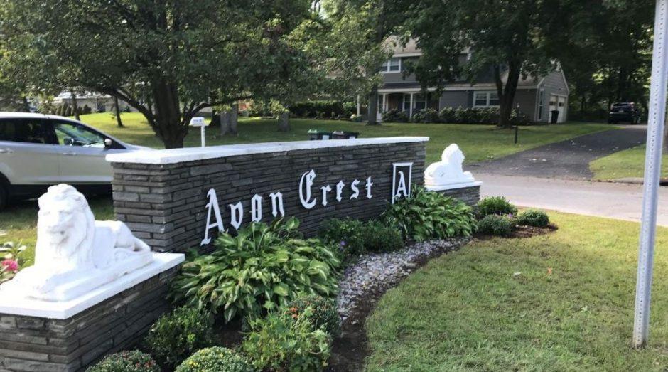 101121_Dg_Avon_Crest_sign.jpg